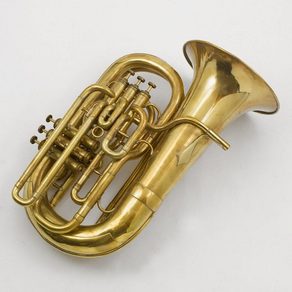 Tuba français in C by J. Gras, Paris, ca 1920. Besides the three valves for the right hand (whole tone, semitone, major ! third), the instrument also has (for the left hand, from the top): a quart valve, a further semitone valve and a quint valve.